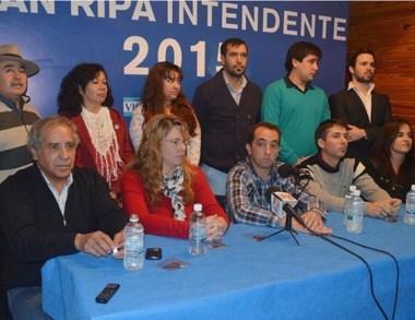 Juan Ripa en el momento en que presenta a sus candidatos a concejales.
