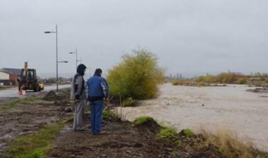 Rápido accionar del municipio para evitar el avance del agua.