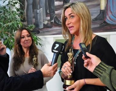Sandra Bottino y Antonela Varone, con sus estatuillas tras ganar el Martín Fierro Federal.