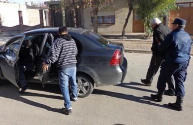 Preso. Momentos en que detenían a un implicado en la presunta banda delictiva radicada en Chubut.