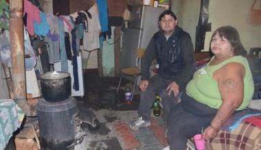 Derrumbes. José Calfín y su madre, una de las familias en riesgo.