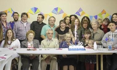 Beatriz Giraldes de Amaya junto a sus hijos Mónica, Analía, Liliana, Anahí  y Amílcar, sus hijos políticos nietos y bisnietos, festejó  sus 90 años.