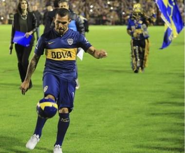 Carlitos Tevez pateó varios balones a la tribuna y loshinchas enloquecieron. Este sábado, vuelve a jugar en la primera de Boca ante Quilmes.