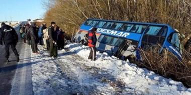 El micro de Andesmar quedó debajo de la calzada a raíz del hielo y la nieve en la ruta existente en el lugar.