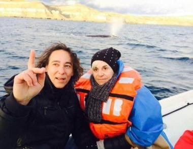 Promoción. Villafañe y Calamaro durante el avistaje de ballenas.