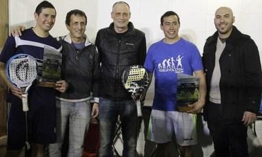 La sonrisa del campeón. La pareja ganadora, Barría y Alfaro, con sus premios, junto a Bruno Echegaray, director de Deportes de la Municipalidad.