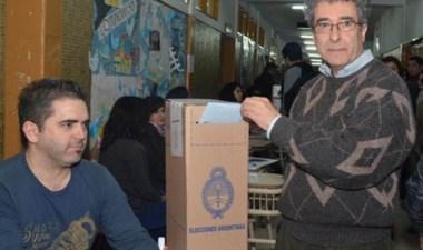 Satisfecho. Una postal del referente vecinalista en su votación.