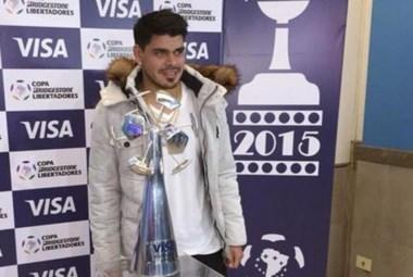 Bou recibió el trofeo como goleador de la Copa Libertadores.