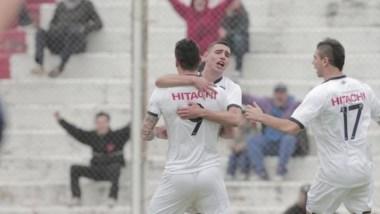 Milton Caraglio festeja el primero de sus dos goles en la victoria de Vélez frente a Acassuso.