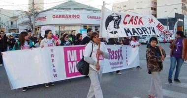 """Caminata. La marcha  de la gente en Puerto Madryn donde se destacó la consigna de """"Ni una Menos""""."""