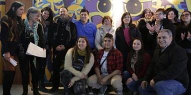 Arte. Parte de los integrantes del grupo que trabajó en la reformulación del mural en el centro cultural.