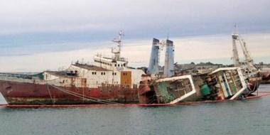 """Hundido. Una postal del """"San Sebastián"""", el buque que generó un incidente ambiental en Madryn."""