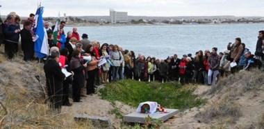 Identidad recuperada. Una emotiva ceremonia se celebró en el sitio donde se sepultaron los restos. Una lápida identifica el histórico sitio.