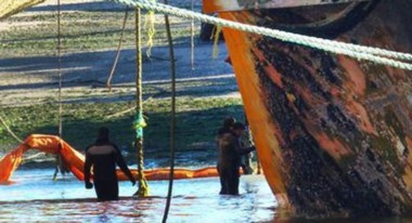 Parches. Una postal de los trabajos de remediación en Puerto Madryn.
