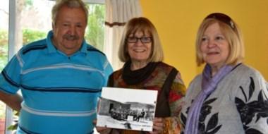 Imagen. Los hermanos Criado Fernández junto a la foto que recuerda la escuela de Cajón de Ginebra Grande.
