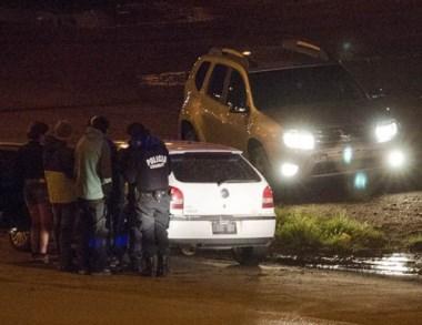 Los tres demorados mientras eran identificados por la Policía local.
