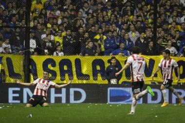 Unión festejó en La Bombonera, con un gol de un penal cobrado con supuesta ayuda de imágenes de televisión.