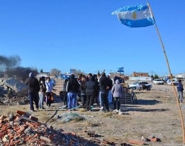 Bandera. Una postal del debate entre los ocupantes ilegales para saber los pasos a seguir la mañana de ayer.