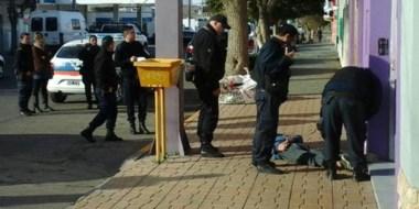 El delincuente permanecía en el suelo, listo para ser detenido y luego liberado por la justicia penal local.