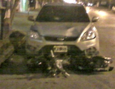 La moto quedó debajo del auto luego de ser arrastrada varios metros.