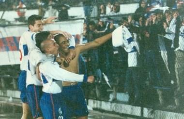 Estampa de goleador. Daniel Pérez celebra uno de los tantos goles que cosechó jugando para Católica.