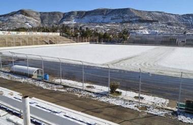 El estadio Municipal, en el kilómetro 3, cubierto por la nieve que cayó a la madrugada.