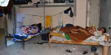 Hacinados. Una postal que muestra las muy malas condiciones de trabajo para los afectados.