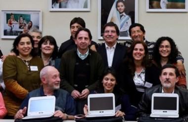 Basconcellos, primera de izquierda a derecha, junto a otros docentes y Sileoni.