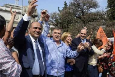 Manzur y Jaldo celebraron frente a los Tribunales tucumanos con el gobernador Alperovich.
