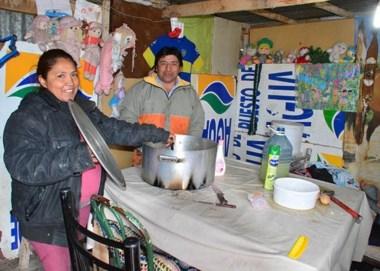 """""""Todo lo que puedan darnos es bienvenido"""", dice Mónica desde el comedor del barrio Moreyra."""