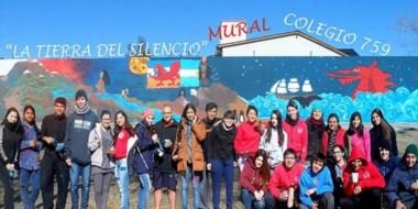 El mural que realizaron los estudiantes está ubicado en la Plaza Brown de Trelew.