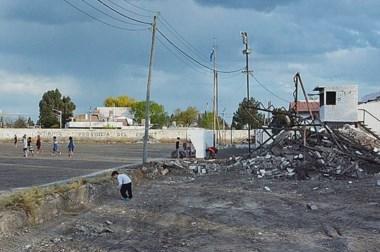 Las viejas tribunas del Nacional '72 ya son historia. Ayer comenzaron con la demolición del estadio.