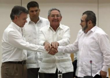 El presidente Santos, su par de Cuba Raúl Castro y el máximo líder de las FARC, Rodrigo Londoño, alias