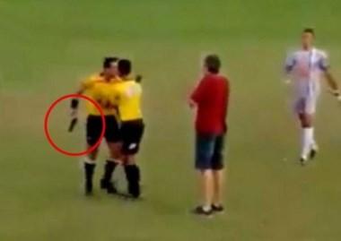 Insólito: árbitro brasileño sacó un arma en pleno partido.
