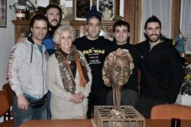 Pato Fontanet y otros músicos de la banda visitaron a la titular de Abuelas de Plaza de Mayo.