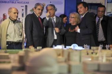 Aníbal Fernández, y el ministro de Planificación Federal, durante la inauguración del Parque Nuclear que se levantó en el kilómetro 107 de la ruta 9.