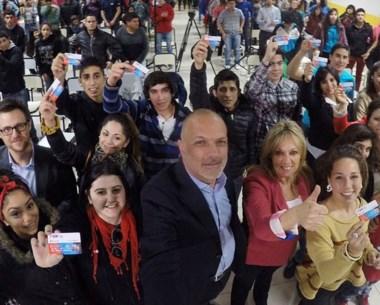 Selfie. El gobernador y su costumbre tras la entrega de tarjetas.