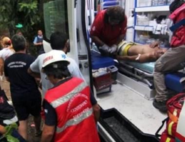 Una de las víctimas es trasladada en ambulancia. (Diario Río Negro)