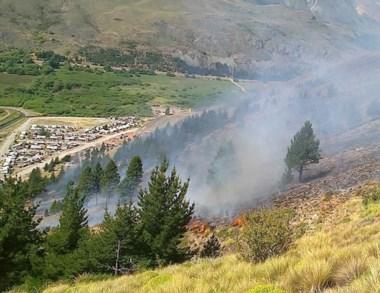El fuego se propagó hacia arriba y se dividió rápidamente por el cerro.