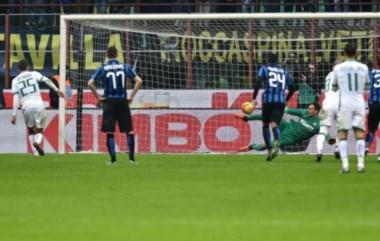 Sassuolo aprovechó un contragolpe y conquistó un penal por falta del brasileño Joao Miranda sobre el francés Defrel. Domenico Berardi anotó con seguridad..