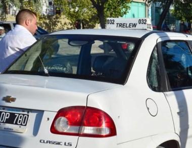 El vehículo del trabajador del volante dañado en uno de sus  vidrios.
