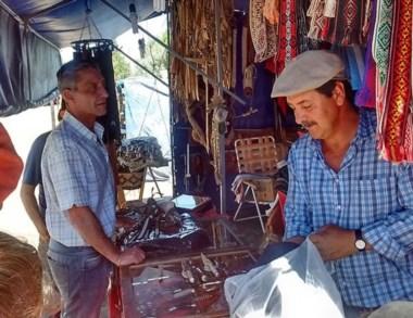 Recorrida. El escribano junto con uno de los productores de El Hoyo.