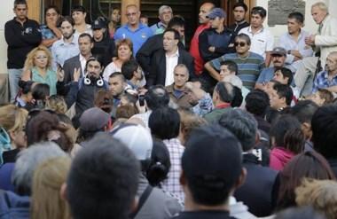 Reclamos. Una postal del intendente Maderna recibiendo a los vecinos que se movilizaron muy enojados.