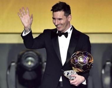 Histórico. Messi luciendo su quinto Balón de Oro. Es la primera vez que un jugador lo obtiene cinco veces.