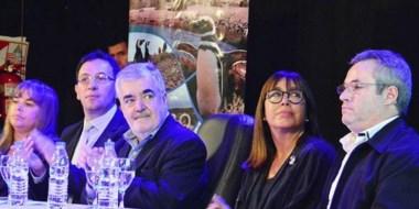 Das Neves, flanqueado por Adrián Maderna y Cecilia Torrejón, en la presentación del convenio.