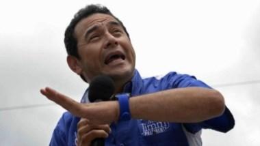 Jimmy Morales en campaña con gesto ambiguo...