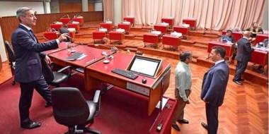 Desierto. El vice Arcioni cumplió con el reglamento pero desde la oposición nadie bajó al recinto a discutir.