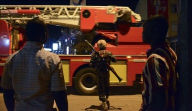 Un soldado vigela, cerca de Hotel Splendid , donde los atacantes permanecen (en la capital de Burkina Faso, Uagadugú).