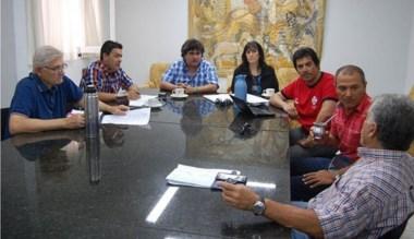 Imagen de la reunión  de concejales con funcionarios municipales.