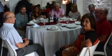 """Trayectoria. Dirigentes y militantes compartieron un almuerzo en la confitería """"Totoras"""" de Trelew."""